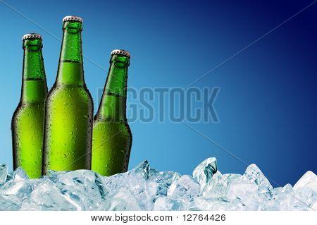 kalte Bierflasche mit Wassertröpfchen auf der Oberfläche