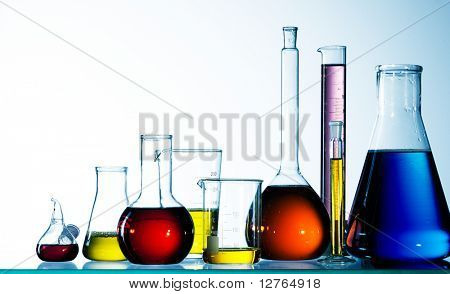 Assorted Glas Laborgeräte bereit für ein Experiment in einem Science Research lab