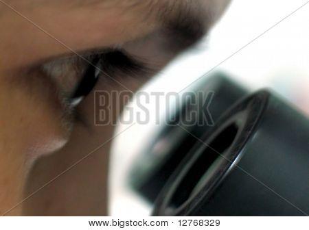 Mirando a través de un microscopio 3
