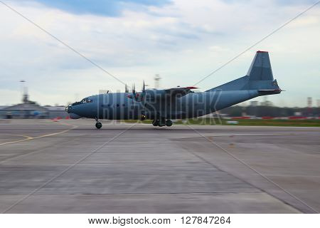 Military transport aircraft quatrains of the runway at the front desk