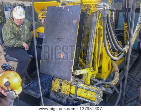 Intelligence Drilling wells. Search for traces of the presence of gold by drilling wells to extract Intelligence core.