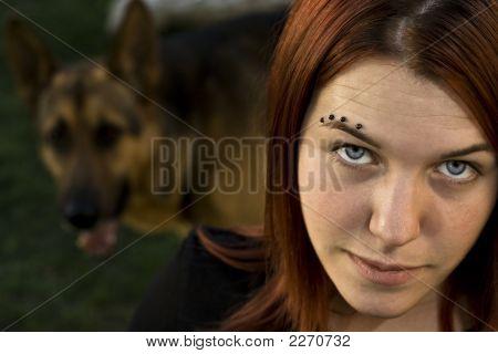 Menina com seu cachorro.