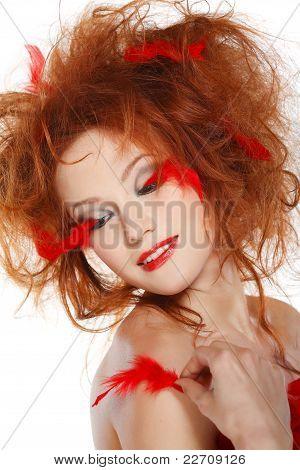 Linda ruiva com penas vermelhas