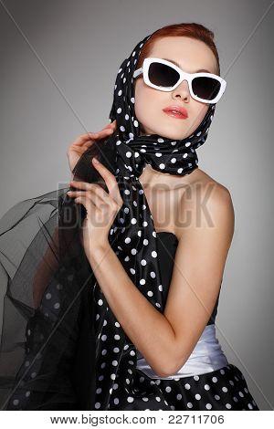 Retrato menina bonita no estilo retrô