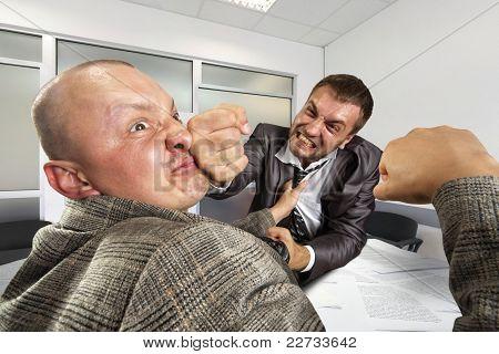 Empresários lutando no escritório