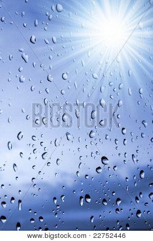 Tropfen Regen im Fenster