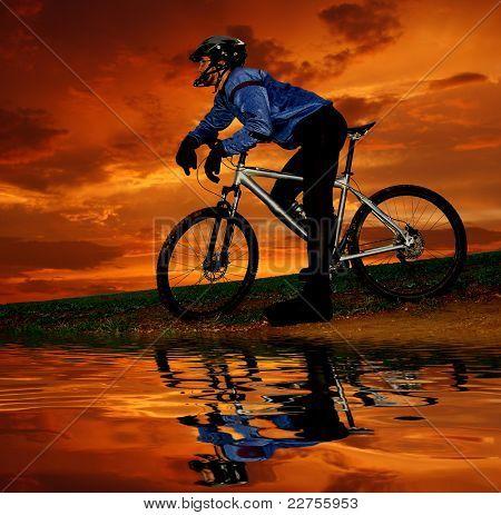 Mountain Biker Silhouette im Sonnenaufgang