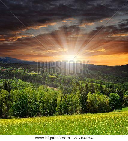 pôr do sol sobre o Parque Nacional Sumava na República Checa
