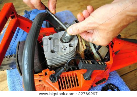 Chainsaw  Maintenance, Replacing Spark Plug
