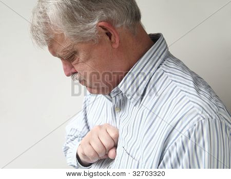 Senior Man leidet unter schlechten Sodbrennen