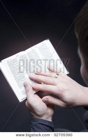 Man holding Bibel mit Leuchteffekt