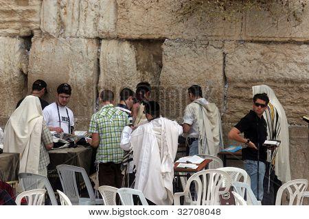Jerusalén - 03 de octubre: Los hombres judíos rezar en el muro occidental en Jerusalén, IL 03 de octubre de 2006. El w