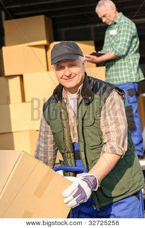 männliche Mover laden van mit Karton-Lieferservice