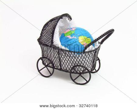 Cochecito de bebé con el planeta tierra dentro de