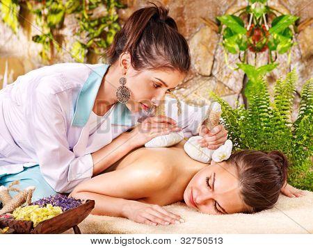 Mujer conseguir herbario tailandés comprime masaje en balneario.