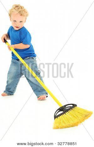 Bela criança pré-escolar menino Varrer chão sobre branco