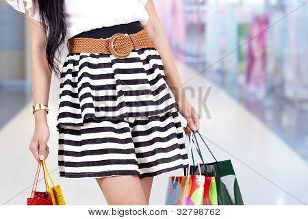 Mujer con bolso de compras