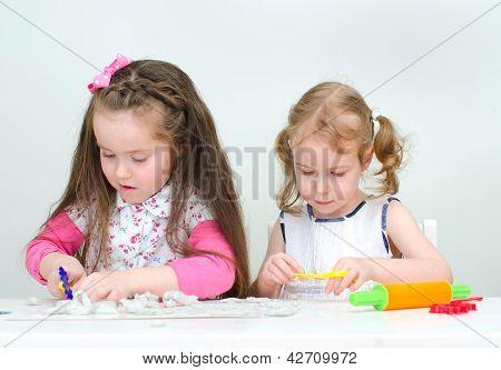 Dos niñas esculpir usando arcilla