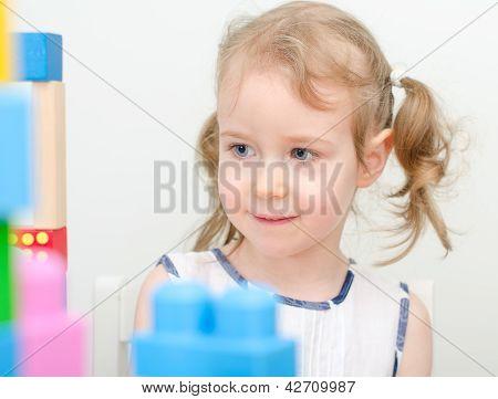 Retrato de niña cerca de los bloques de edificio