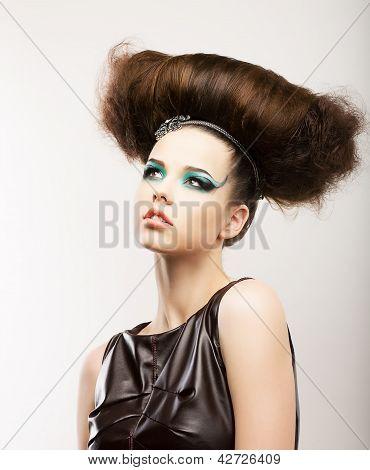 Fetiche. Morena expresiva artística con peinado rizado. Estilo creativo