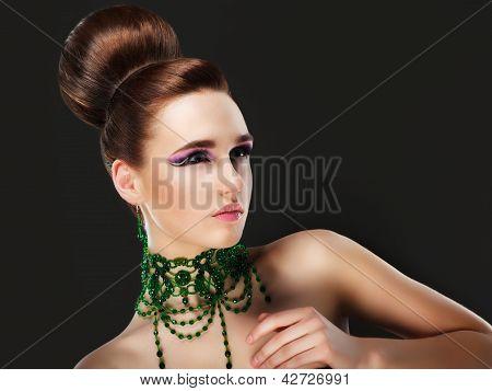 Aristocracia. Linda jovem morena caucasiana posando. Série de fotos