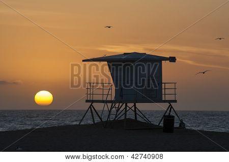 puesta de sol de torre salvavidas