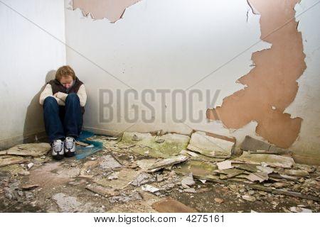Hombre solo en edificio