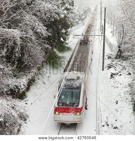 Trem de passageiros que se deslocam ao longo da pista de neve