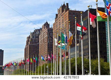 Sede de las Naciones Unidas con las banderas de los miembros de las Naciones Unidas