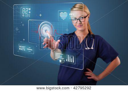 Jovem enfermeira permanente e pressionar tipo médico moderno dos botões