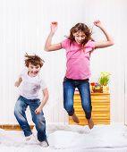 Постер, плакат: Веселые дети прыгает на кровати