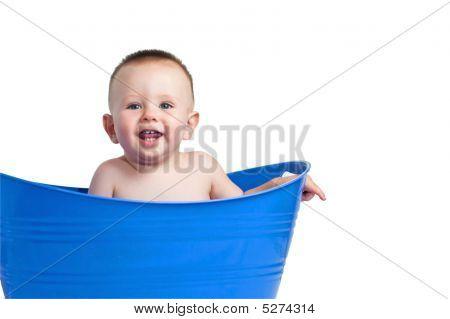 Bebê no cesto de roupa azul