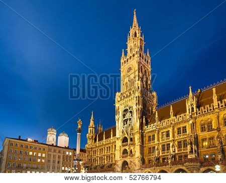 Munchen New Town Hall at dusk