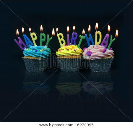 Cupcakes deletreo de feliz cumpleaños
