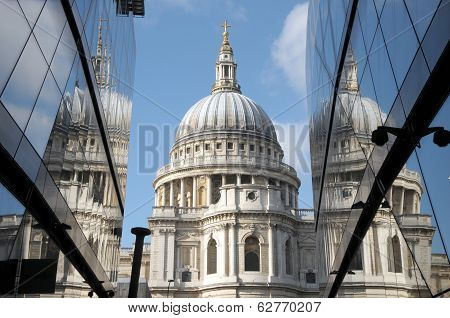 St Pauls Cathedral reflected in glass walls of One New Change
