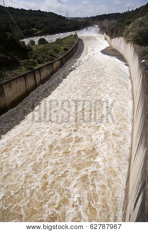 Torrent of water expelled the Guadalmellato River from the reservoir of San Rafael de Navallana, nea