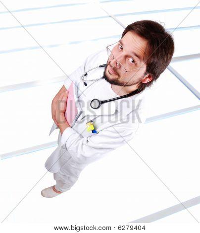 Jovem médico masculino sobre o chão de vidro