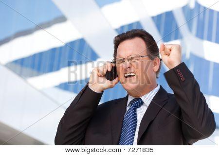 Empresário animado sobre telefone celular