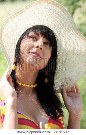 junge Frau im breiten Sommer hat