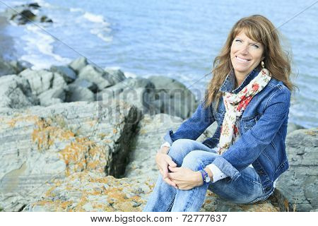 Woman edge of the ocean Sit
