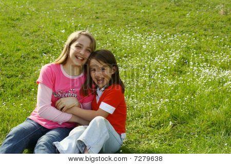 Dos hermanas cosquillas mutuamente
