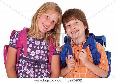 Niños posando para la parte posterior a la escuela