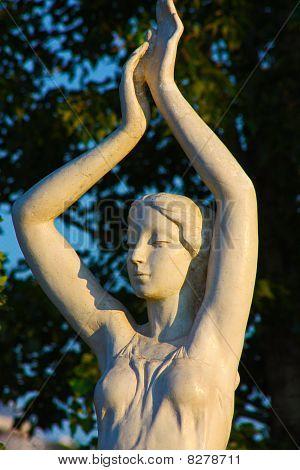 Escultura de niña hermosa