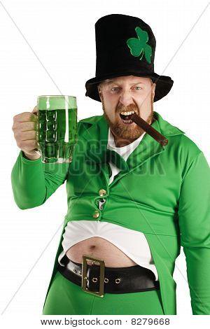 Leprechaun hochziehen ein grünes Bier
