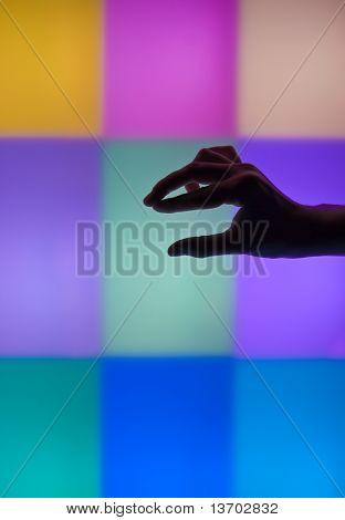 Siluetas de sombra de mano en la sala luz de sensorial.
