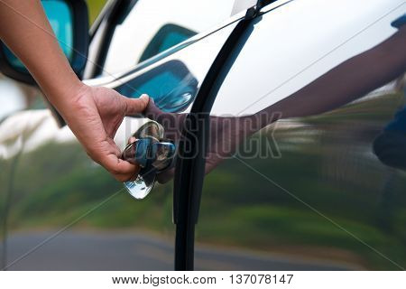 hand open car, hand holding door handle.