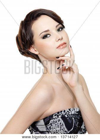 Mujer de glamour con maquillaje y manicura