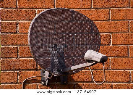 antena satelitarna na ścianie jednego z domów w okolicach Liverpoolu/Wielka Brytania 16.05.2009 r.satellite antenna on the wall of one of the houses in the vicinity of Liverpool / United Kingdom 16.05.2009
