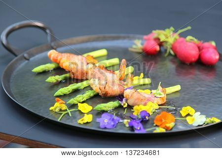 Rolls of shrimp pork and asparagus that serving in the restaurant