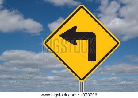 Linkskurve Schild mit Wolken